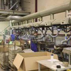 Рабочие на завод по производству  деталей для автомобилей
