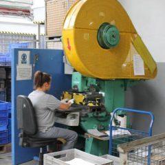 Рабочие на завод по производству алюминиевых деталей для автомобилей и бытовой техники