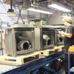 Работники на предприятие по производству каминов